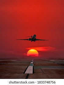 Start des Geschäftsflugzeugs von der Start-und Landebahn auf dem Flughafengelände vor dem Hintergrund des Sonnenaufgangs