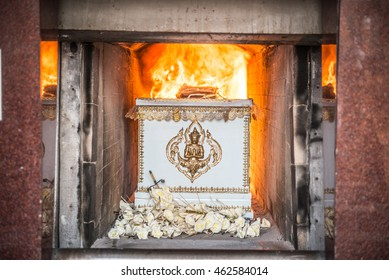 the corpse in the coffin is burning in the cremate