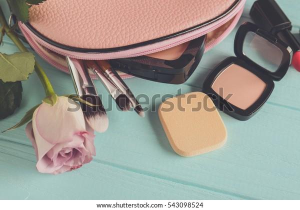 木の上に化粧袋、バラ、化粧品   背景