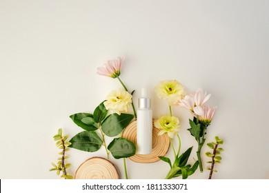 Schönheitskosmetik Hautpflegeprodukt mit natürlichen Zutaten und Blumen.