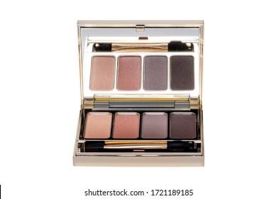 化粧品。白い背景に鏡、アイシャドウパウダー、アイシャドウブラシを使用した、エレガントなコスメティック多彩色のボックスの接写。マクロ。
