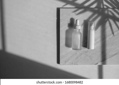 kosmetische Hautpflegeverpackungen . Schönheitsprodukt auf weißem Marmor mit natürlichem Licht und Schatten.