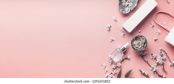Kosmetikkorallenhintergrund. Die Pflegeprodukte mit Einkaufstasche und Frühlingsblüte zusammenstellen. Beauty Blog-Layout. Pastellfarbe. Flat lay. Banner oder Vorlage