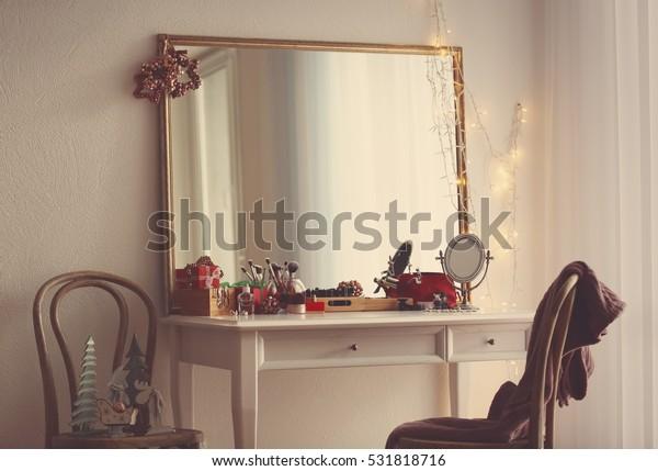 室内のテーブルの上の化粧品