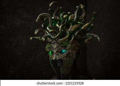 Cosplay Medusa, creature of Greek mythology. pieces made by hand with goldsmiths and metals such as gold and copper. wears a helmet of green and gold snakes