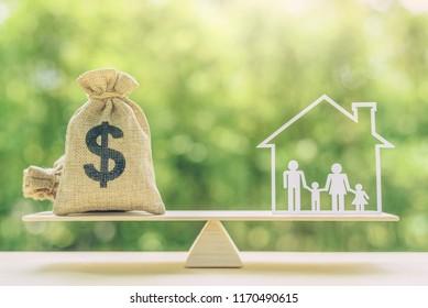Lebenshaltungskosten, Wohnungsbaudarlehen, Familienfinanzierung und Konzept des kinderTreuhandfonds: US-Dollar-Taschen, Familienmitglieder leben in einem Haus auf Basis-Saldo-Skala, zeigen die Ausgaben, die eine Familie vorbereiten sollte, um für die sie sich vorbereiten sollte