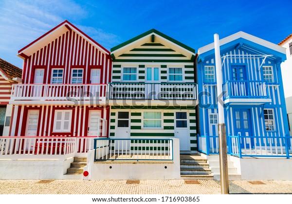 Costa Nova, Portugal: casas de rayas coloridas llamadas Palheiros, situadas en el complejo de playa en la costa atlántica cerca de Aveiro.