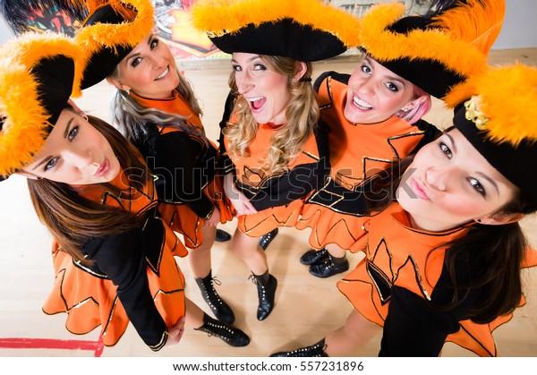 Kostümliche Mädchen mit Tricors aus dem Karnevalsverein während des Karnevals