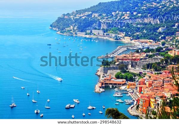 Лазурный берег Франция. Вид на роскошный курорт и залив Французской Ривьеры - Вильфранш-сюр-Мер расположен между Ниццей и Монако. Средиземное море