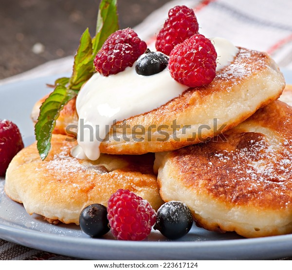 Cottage cheese pancakes with raspberries and cream