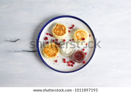Cottage cheese pancakes - syrniki with jam, yoghurt and berries