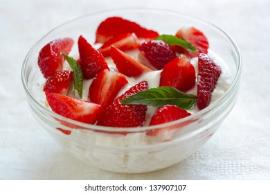 Cottage cheese with yogurt and strawberries