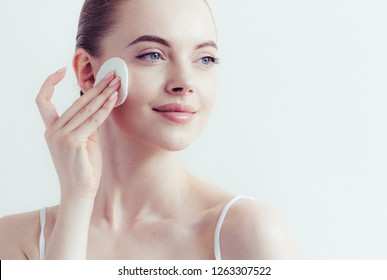 Cotton pad woman face removal makeup healthy clean skin beauty
