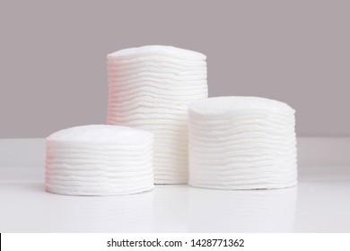 Baumwollpolster einzeln auf grauem Hintergrund