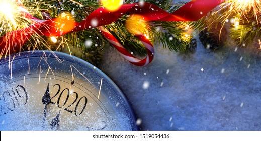 Countdown bis Mitternacht. Retro-Uhr, die letzte Augenblicke vor Weihnachten oder Neujahr 2020 neben dekorierten Tannenbaum zählt. Von oben anzeigen.