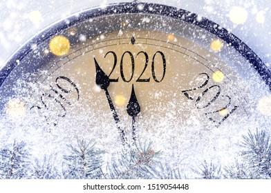 Countdown bis Mitternacht. Retro-Stiluhr, die letzte Augenblicke vor Weihnachten oder Neujahr 2020 zählt.
