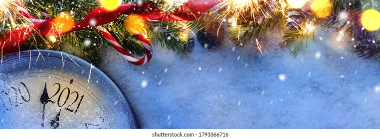 Cuenta regresiva hasta medianoche. Reloj estilo retro contando los últimos momentos antes de Navidad o Año Nuevo 2021 al lado de un abeto decorado. Vista desde arriba.