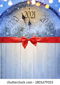 Countdown bis Mitternacht. Die Uhr im Retro-Stil auf dem Holztisch zählt letzte Augenblicke vor Weihnachten oder Neujahr 2021. Von oben anzeigen.