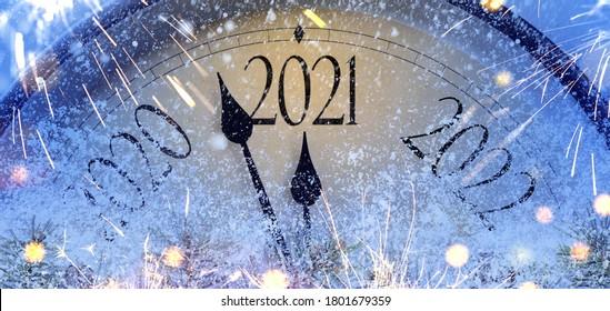 Countdown bis Mitternacht. Retro-Uhr, die letzte Augenblicke vor Weihnachten oder Neujahr 2021 zählt.
