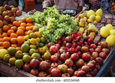 Countertop with fruit on the street in Agra