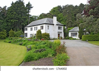 Countryside House in Scotland, whit beautiful garden.