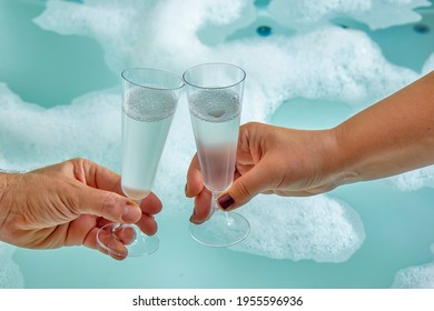 Couple célébrant dans le bain à remous