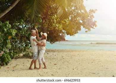 couple  dancing  on  tropical beach