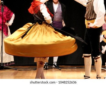 couple dancing a Spanish regional dance called Jota