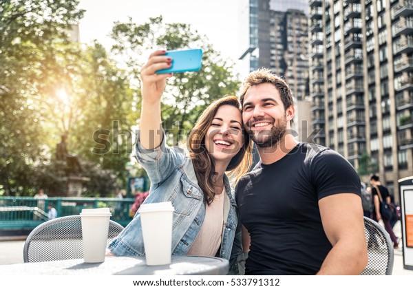 マンハッタンの喫茶店でデートするカップル – ニューヨークを観光しながら話し、楽しむ観光客