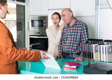 Couple is dissatisfied with the quality of service