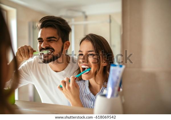 Пара вместе проводит утреннюю гигиену.