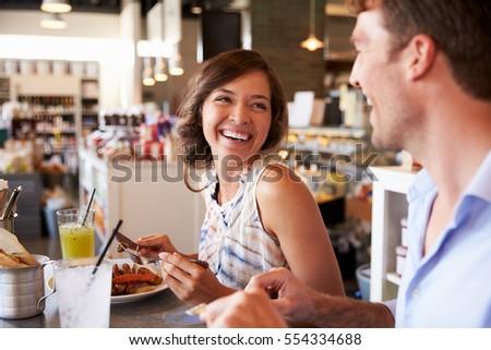 couple enjoying lunch date delicatessen restaurant の写真素材 今