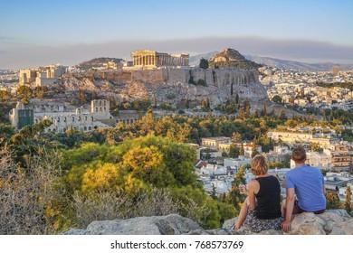 Von Filopappou aus hat man einen wunderschönen Blick auf die Akropolis von Athen bei Sonnenuntergang. Attika, Griechenland, Europa.