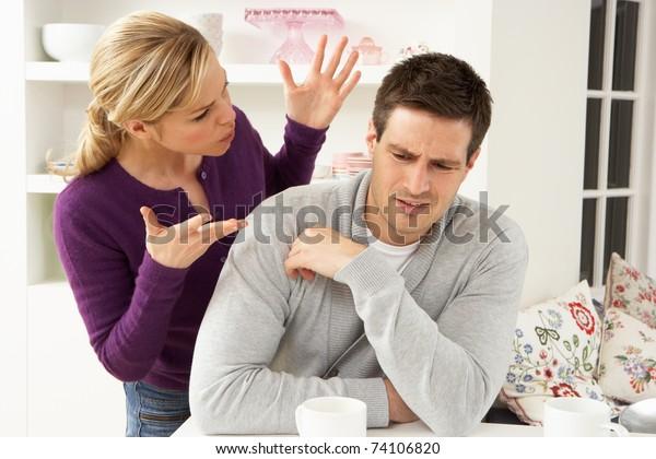 Couple Argument À La Maison