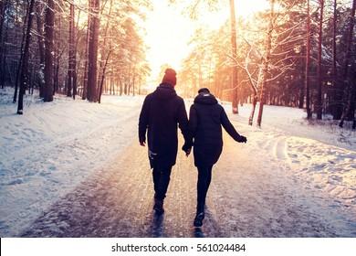 Casal de mãos dadas indo embora. Inverno, Ensolarado, Forrest, Recreação, Lazer, Vestuário.