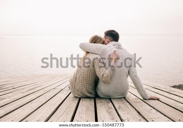 pareja abrazándose en un muelle
