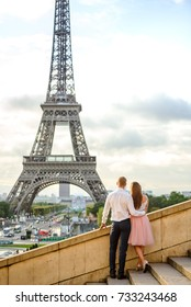 Couple looking at the Eiffel tower in Paris