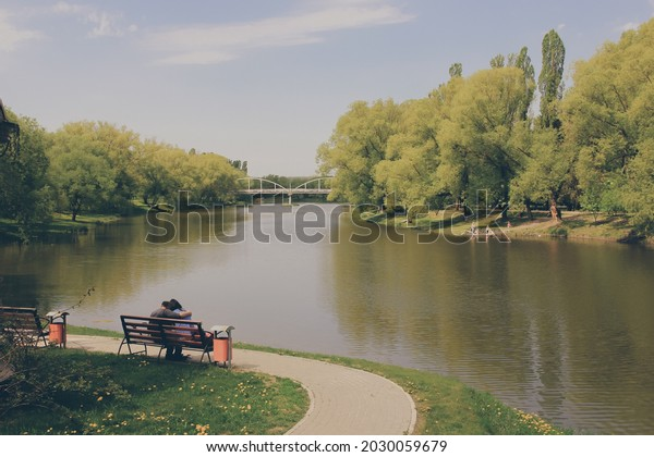 couple-love-on-bench-river-600w-20300596