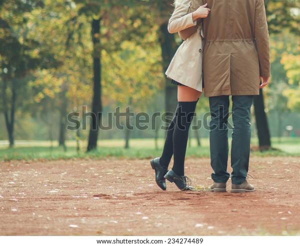 春に公園で恋をするカップル