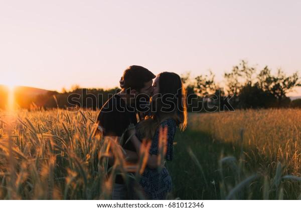 恋のカップル,夏の愛,純愛,永遠の恋,キスのカップル,抱きしめのカップル,幸せなカップル,