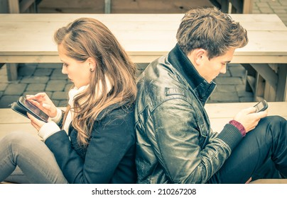 Couple in a modern common phase of mutual disinterest and sadness - Concept of apathy connected to the alienation fron new technologies - End of a love story