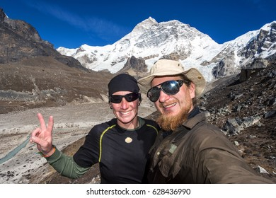 Couple od young hikers in front of Makalu peak (8,463 m), Nepal