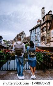 pareja en viaje de ciudad a Colmar, Alsacia, Francia. Petite Venice, canal acuático y casas tradicionales con entramado de madera. Colmar es una ciudad encantadora de Alsacia, Francia. Hermosa vista de la colorida ciudad romántica