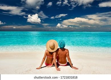 Pareja en una playa tropical de Maldivas