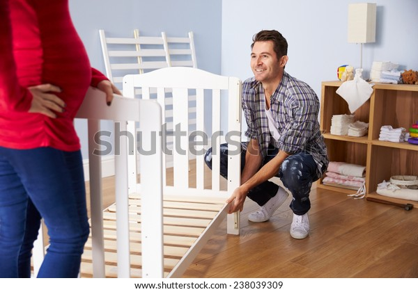 Пара с Беременной Жена Сборка Детская кроватка в Детская