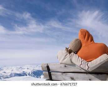 couple sitting on bench hugging