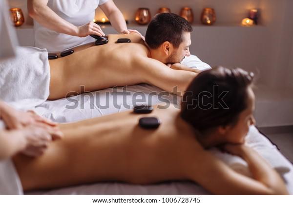 Paar im Wellnessbereich mit Hot-Stone-Massage