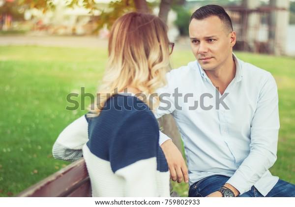 公園の外で話す夫婦