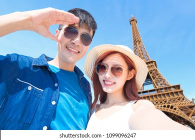couple travel to paris and selfie happily
