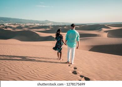 pareja que camina en la playa de Maspalomas Gran Canaria España, hombres y mujeres en el desierto de dunas de arena de Maspalomas